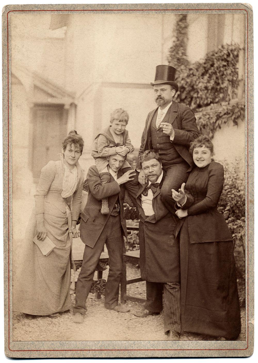 Robert Stigell seurueineen Pariisissa ateljeensa sisäpihalla, 65, Boulevard Arago. Robert Stigell toinen oikealla, vieressä oikealla mahdollisesti taiteilijan ensimmäinen vaimo Helmi