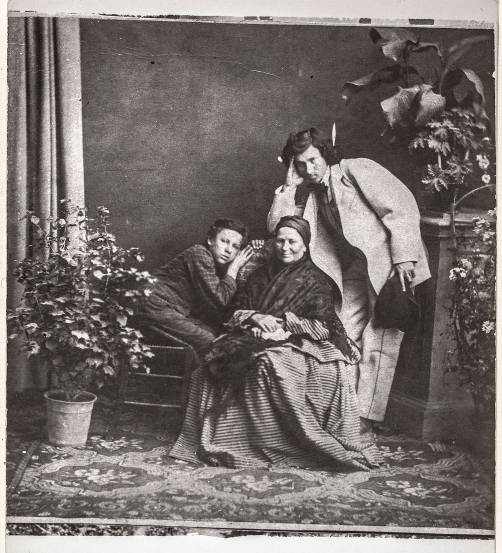 Ilja Repin (oik.) äitinsä Tatjana Stepanovna Repinan (o.s. Botšarova) ja veljensä Vasilin kanssa Tšugujevissa