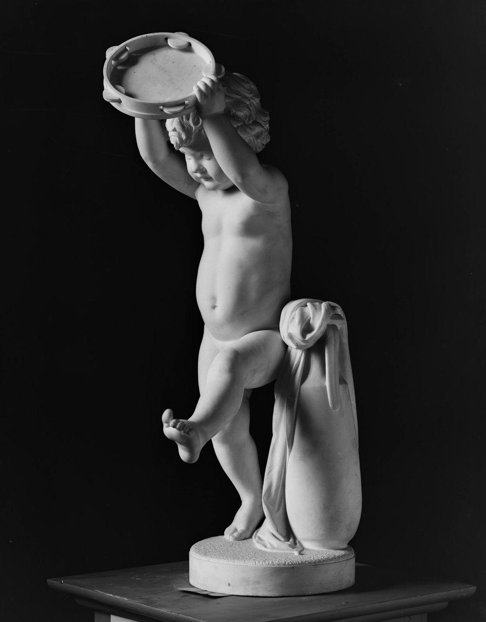 Tanssiva poika tampuriini kädessään