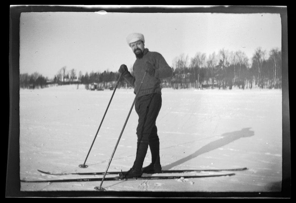 Hugo Simberg hiihtämässä