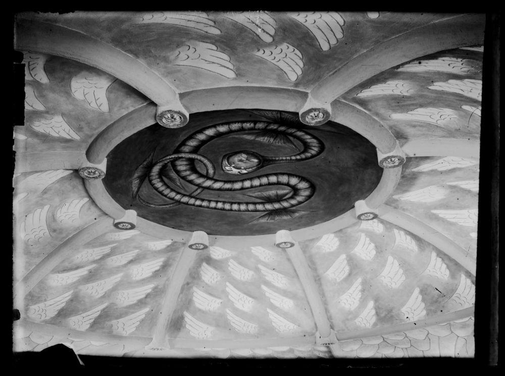 Tampereen Johanneksen kirkon kattoholvi,  keskuskilvessä Paratiisin käärme