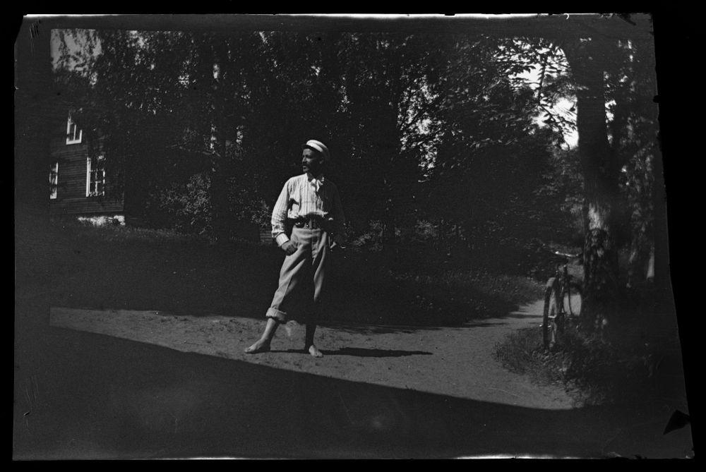 Hugo Simberg, taustalla Keltainen huvila