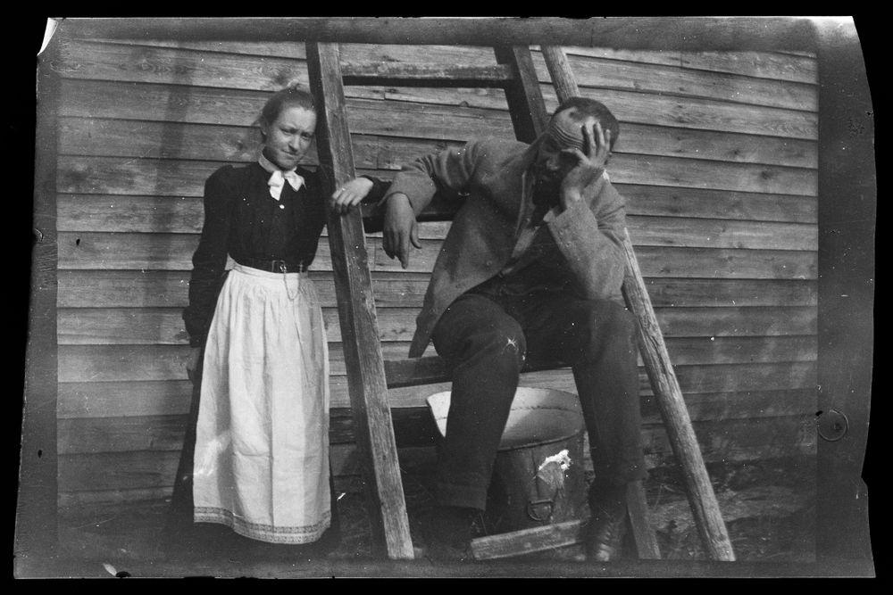 Erna ja Hugo Simberg Keltaisen huvilan tikapuilla