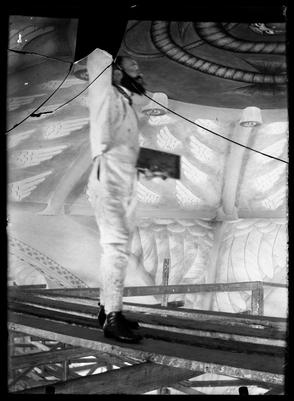 Hugo Simberg maalaa Paratiisin käärmettä Tampereen Johanneksen kirkon kattoon