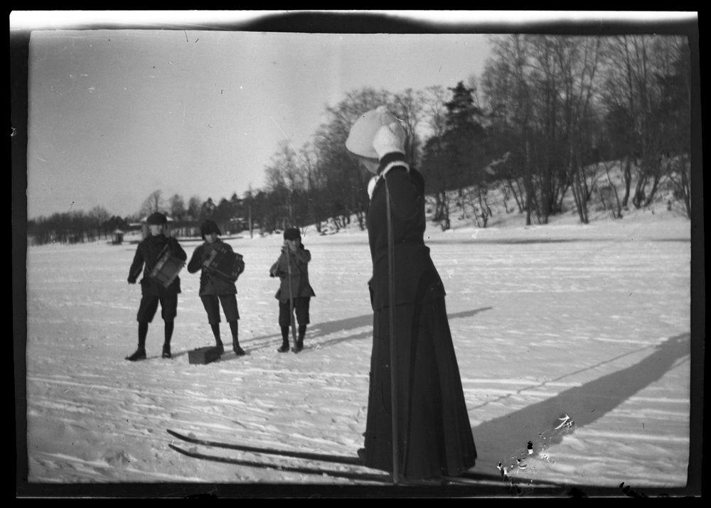 Anni Bremer (vuodesta 1910 lähtien Simberg) kuuntelee musiikkia Kruunuvuorenselällä,  taustalla Korkeasaari