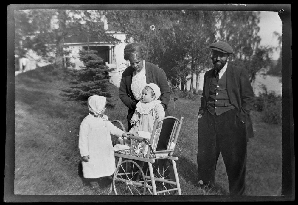 Anni, Tom ja Hugo Simberg sekä tuntematon tyttö, taustalla Valkoinen huvila