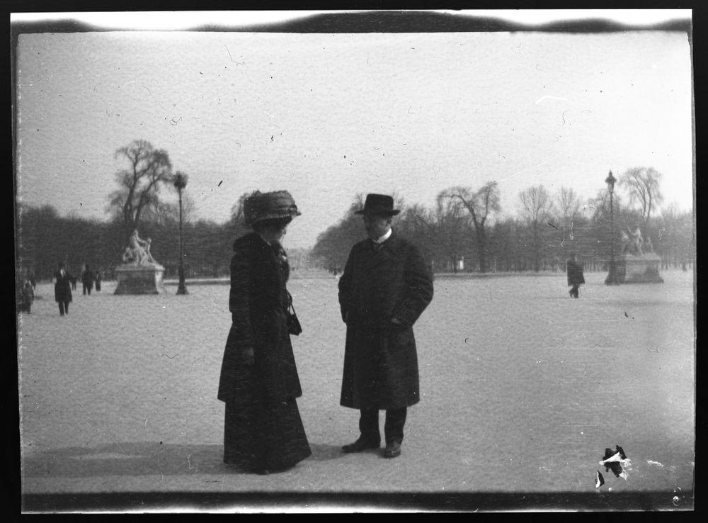 Anni Simberg ja Werner Åström Luxembourgin puistossa Pariisissa