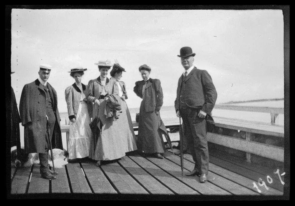 Matkustajia Niemenlautan höyrylaivalaiturilla