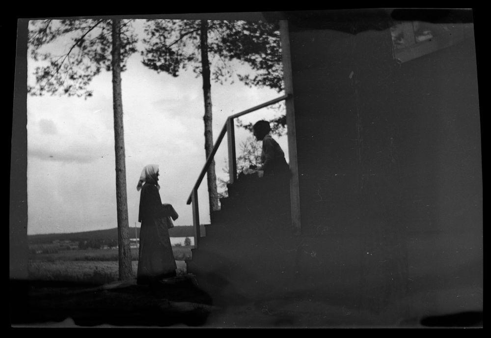 Anni Simbergille kaupataan pellavakangasta, taiteilijan mallina