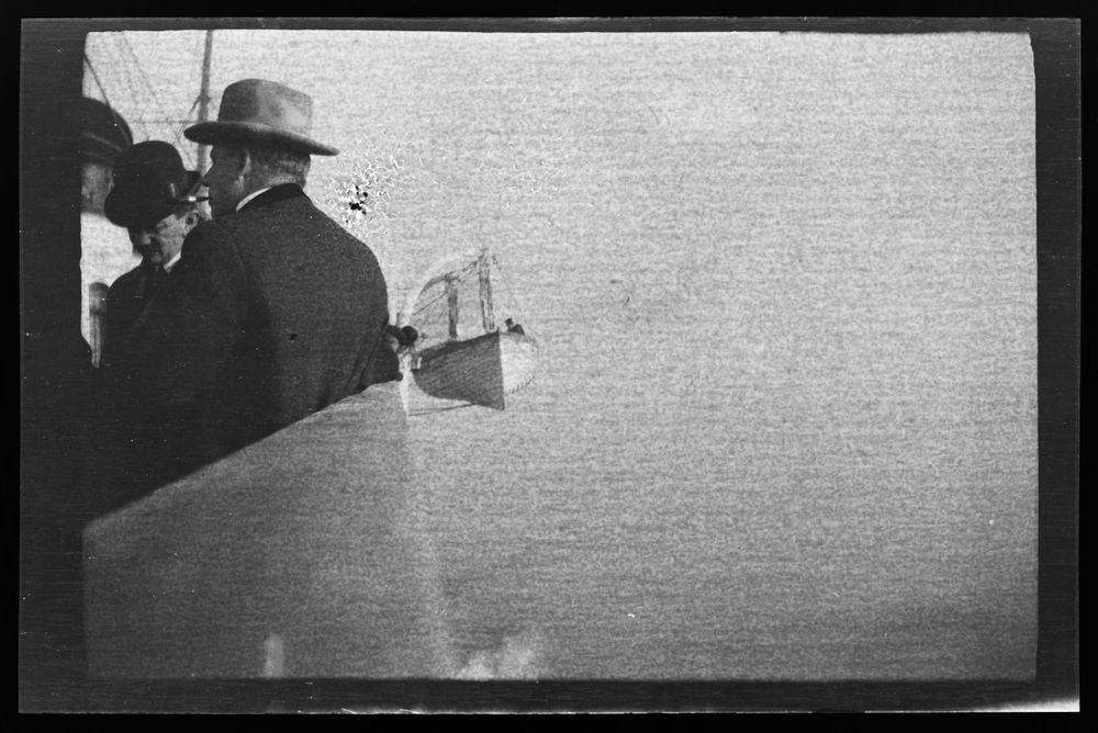 Matkustajia RMS Lusitanian kannella, pelastusvene taustalla