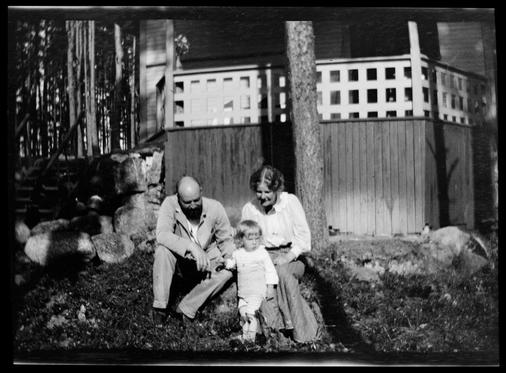 Hugo, Tom ja Anni Simberg Selkärannan ateljeen pihalla