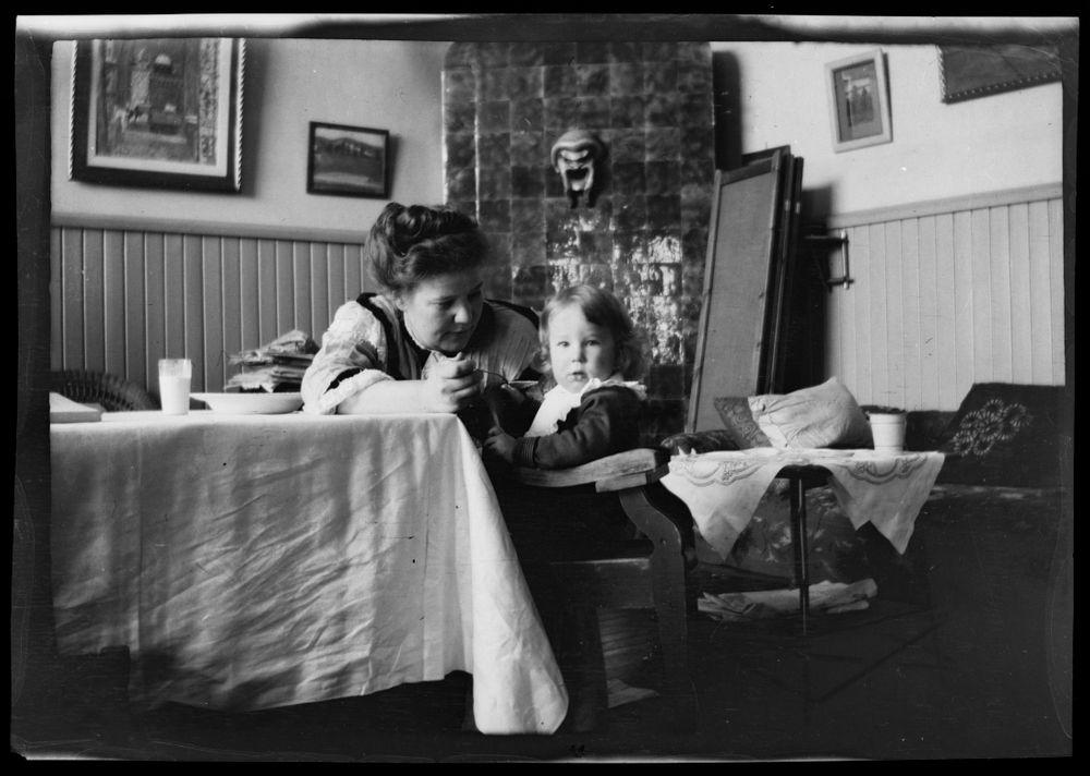Anni Simberg syöttää Tomia Luotsikadun ateljeekodissa