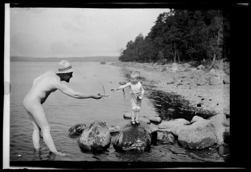 Hugo ja Tom Simberg Niemenlautan rantakivikolla