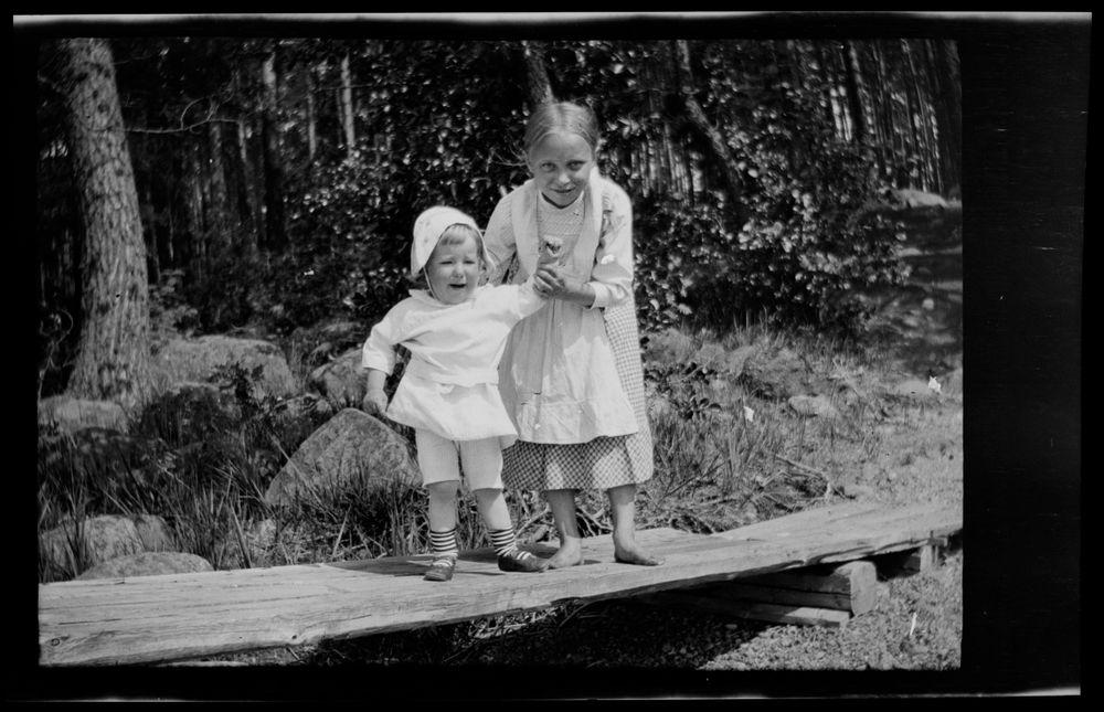 Tom Simberg ja lastenhoitaja Selkärannan  laiturilla