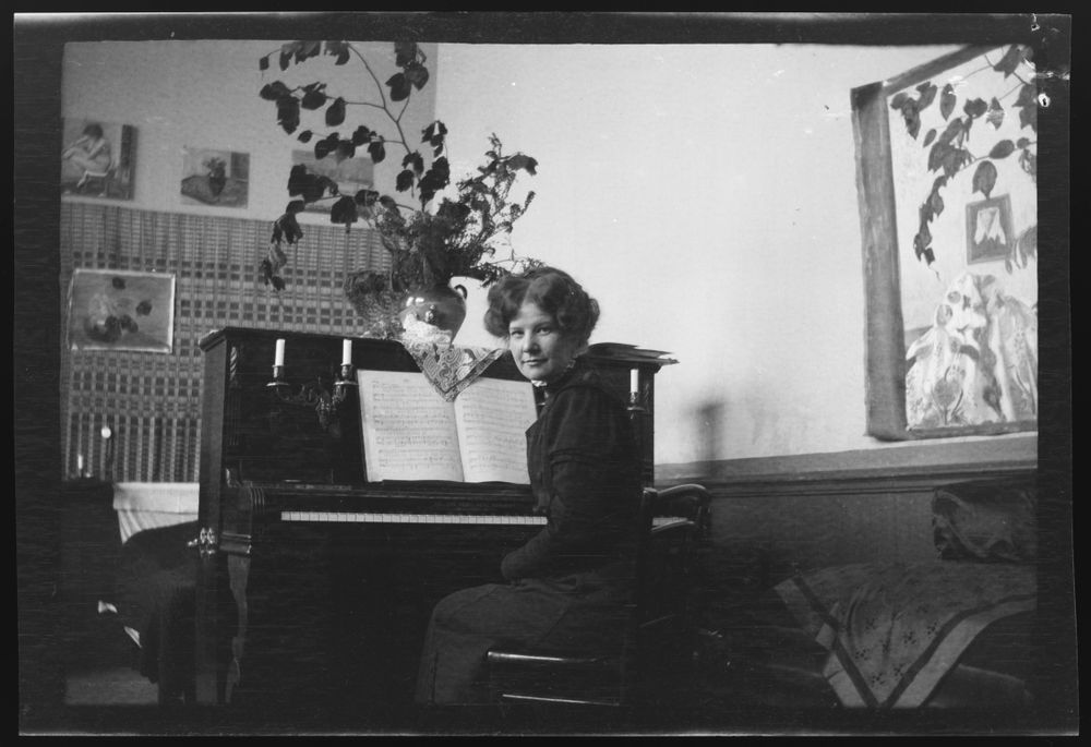 Anni Simberg pianon ääressä Pariisin ateljeekodissa