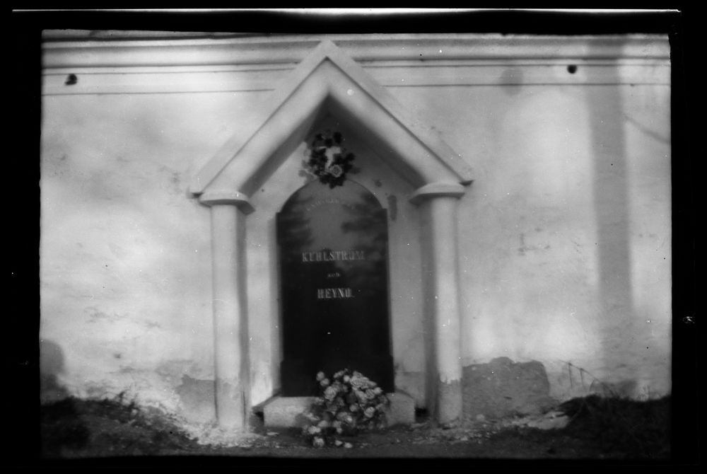 Hautamausoleumi, kaiverrettu teksti KUHLSTRÖM JA HEYNO