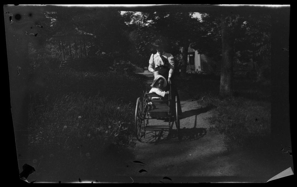 Anni Simberg ja lastenvaunuissa istuva Tom Simberg Niementiellä