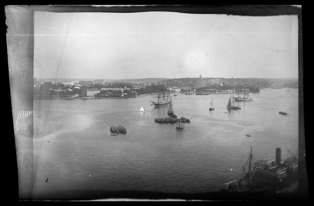 Kaupunkinäkymä Tukholmasta, etualalla laivoja