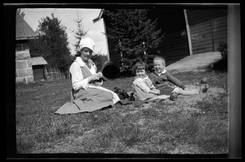 Anni, Uhra ja Tom Simberg pihamaalla Ähtärissä