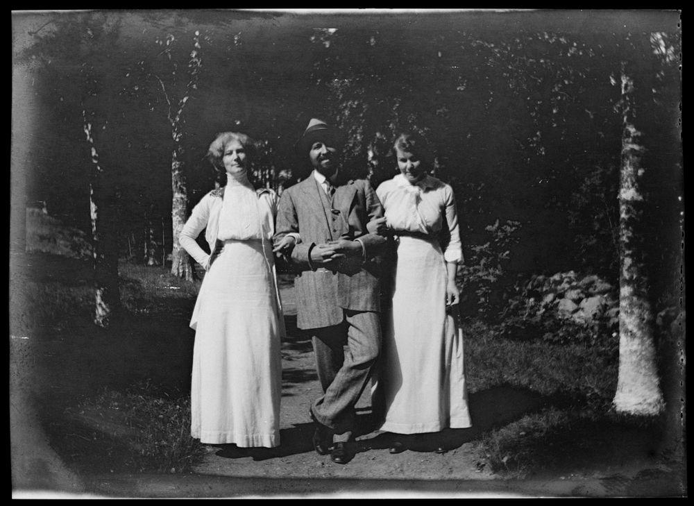 Impi Everett (o.s. Bremer), Hugo Simberg ja Eva Myntti (o.s. Bremer) Niementiellä