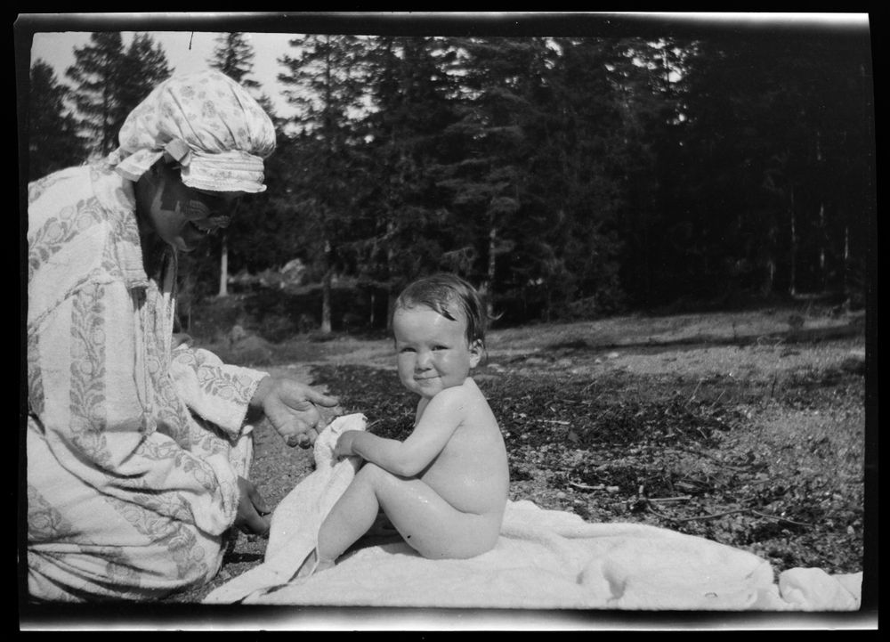Anni ja Uhra Simberg uinnin jälkeen Pellingissä