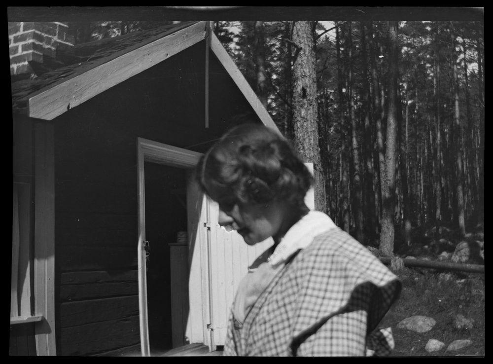 Anni Simberg Selkärannan ateljeen keittiömökin edessä