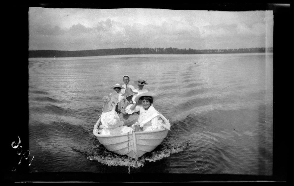 Veneretkellä, Guido Simberg veneen takaosassa