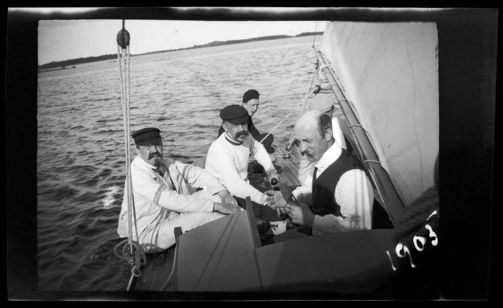 Paul, Einar, Wolter ja Guido Simberg sekä Johannes Andersin purjehtimassa