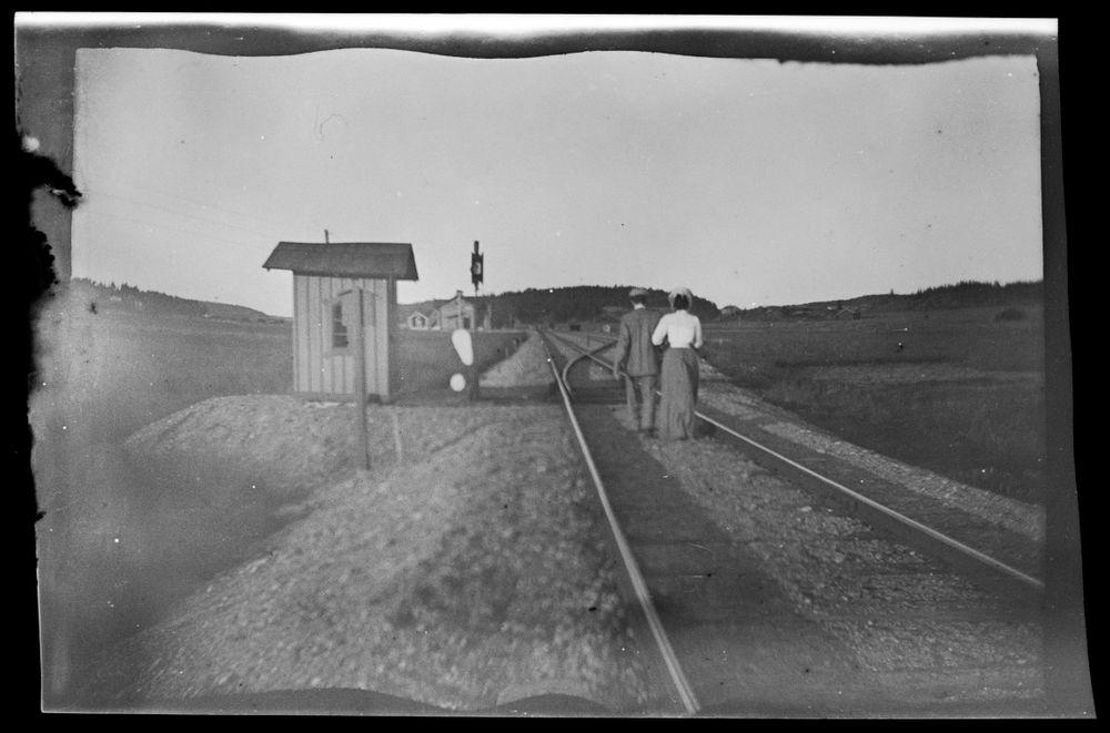 Mies ja nainen todennäköisesti Varsinais-Suomessa sijaitsevalla rautatiellä (ei Trans-Kaukasian rautatieltä)