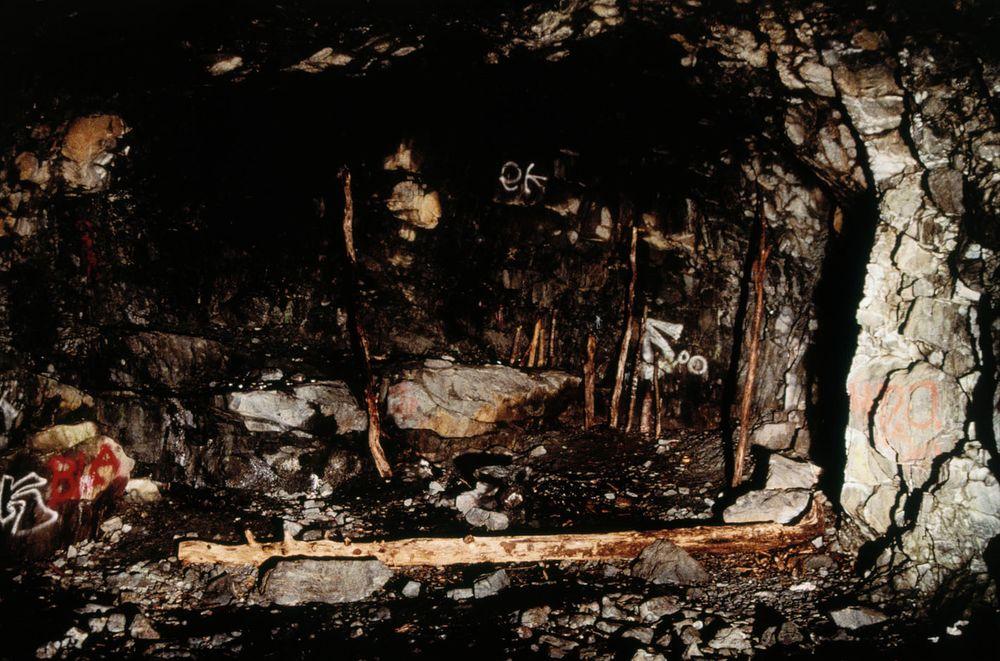 Nuotiopaikka ja polttopuita luolassa, Tukikohta I, Mustavuori, Vantaa