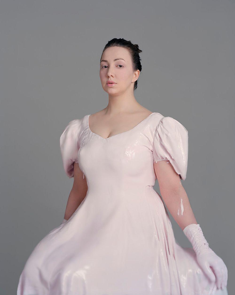 Nainen vaaleanpunaisessa mekossa