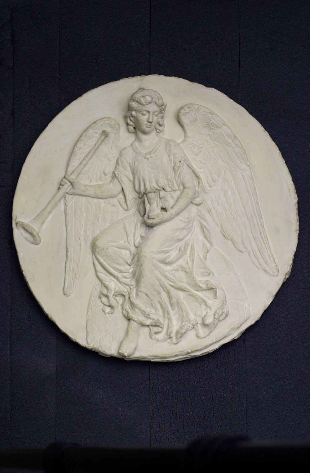 Tuomion enkeli, kipsimalli Augusta Fredrika Thérèse Bergbomin (s. Rotkirch) hautamuistomerkkin marmoriseen medaljonkiin Turun vanhalla hautausmaalla