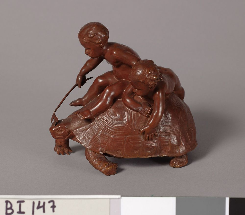 Kaksi lasta kilpikonnan selässä