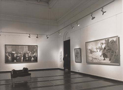 Ilja Repin-näyttely Ateneumissa. Vasemmalla teos Suomen suurmiehiä (1920–1927), oikealla teokset Akseli Gallen-Kallelan muotokuva (1920) ja Hyökkäykseen sairaanhoitajan kanssa (1915)
