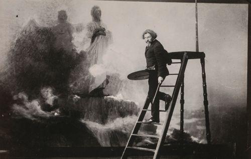 Ilja Repin maalaamassa teostaan Mene pois, Saatana