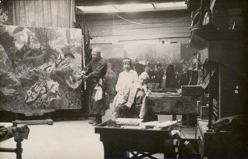 Miesmalli, taiteilijan tytär Vera Repina ja Ilja Repin Penaty-huvilan ateljeessa, taustalla maalaukset Gopak (1926-1930) ja Suomen suurmiehiä (1920-1927)