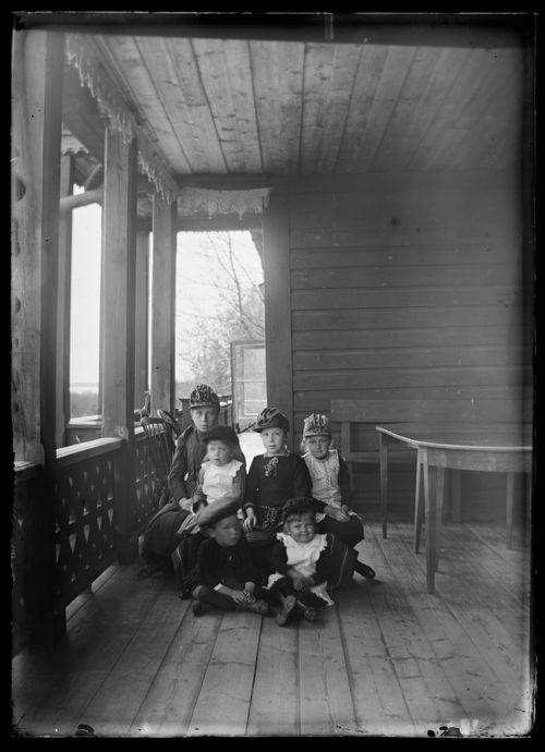 Elma Simberg ja muita sukulaisia Keltaisen huvilan kuistilla