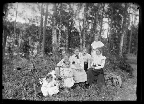 Ryhmäkuvassa mm. Blenda, Elsa ja Elma Simberg, Wally B. Homén ja Greta Fabritius