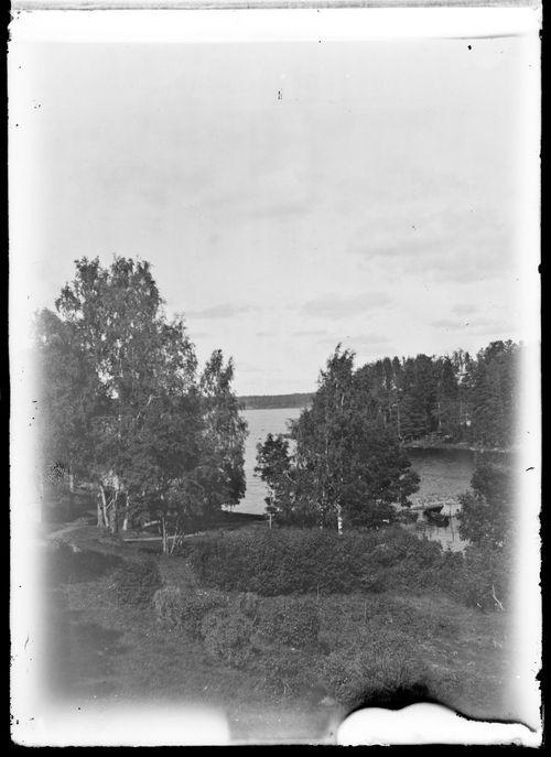 Näkymä Keltaisen huvilan parvekkeelta puutarhaan ja Niemenlautan salmeen