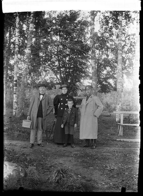 Wolter, Blenda ja Guido Simberg sekä Karl von  Schoultz, seurue todennäköisesti lähdössä tai palaamassa höyrylaivalla