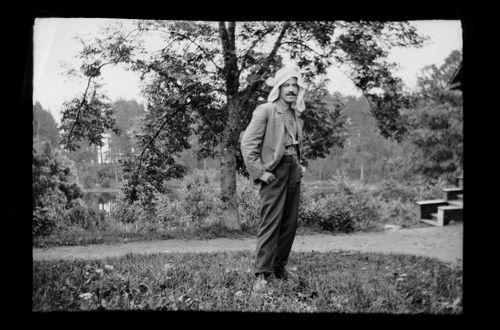 Hugo Simberg kaukasialaisessa päähineessään