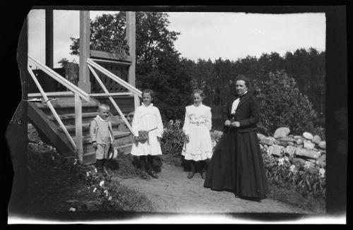 Leo, Lisa, Karin ja Mathilda Andersin Vaaleanpunaisen huvilan pihalla