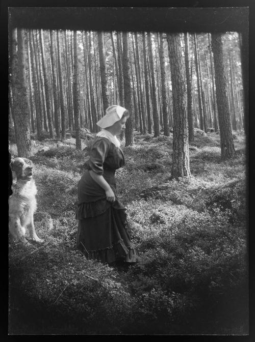 Elsa Simberg ja Sarto Niemenlautan metsässä