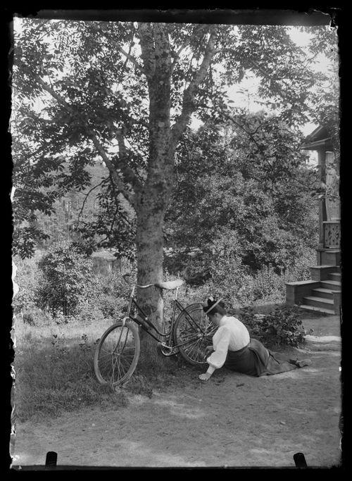 Blenda Simberg pumppaa ilmaa pyörän renkaaseen