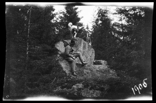 Guido ja Blenda Simberg sekä Sarto Niemenlautan metsässä