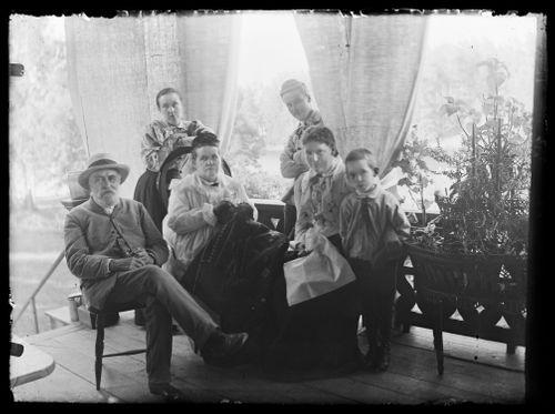 Vasemmalta Niclas, Blenda, Ebba Mathilda, Hugo, Elin ja Guido Simberg Keltaisen huvilan kuistilla