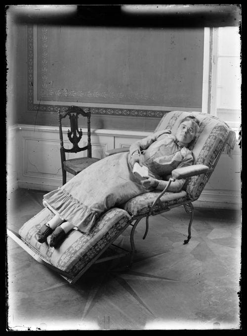 Lepäävä ja (lukeva) nainen, todennäköisesti Elisabeth tai Mathilda Andersin