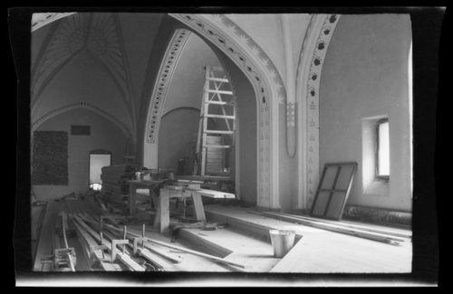 Tampereen Johanneksen kirkko, vasemmalla Haavoittunut enkeli-freskon esityöt