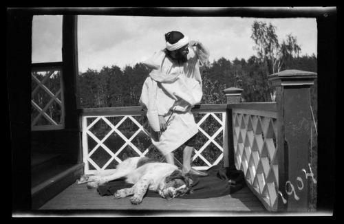 Hugo-sheikki ja Sarto Vaaleanpunaisen huvilan terassilla