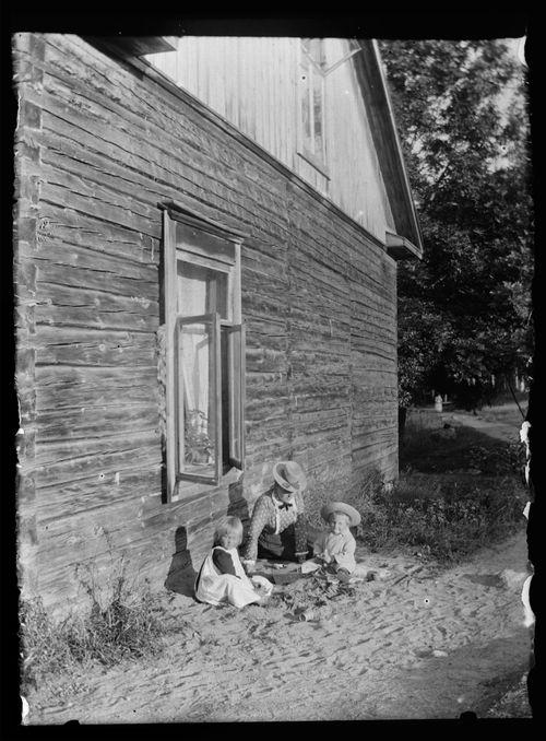 Blenda Simberg, Leo Andersin ja tuntematon lapsi Keltaisen huvilan pihalla